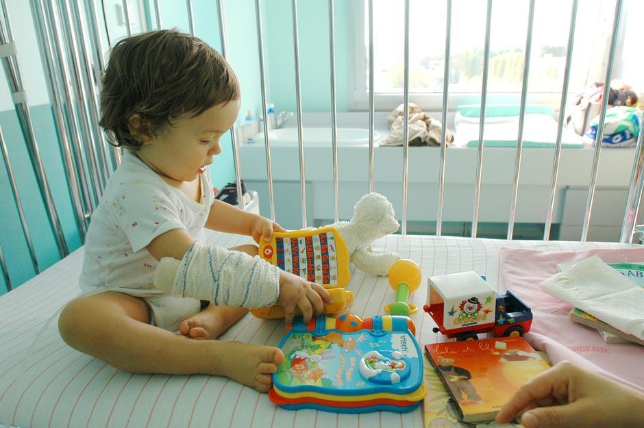 Otrok v bolnišnici   Avtor: Profimedia