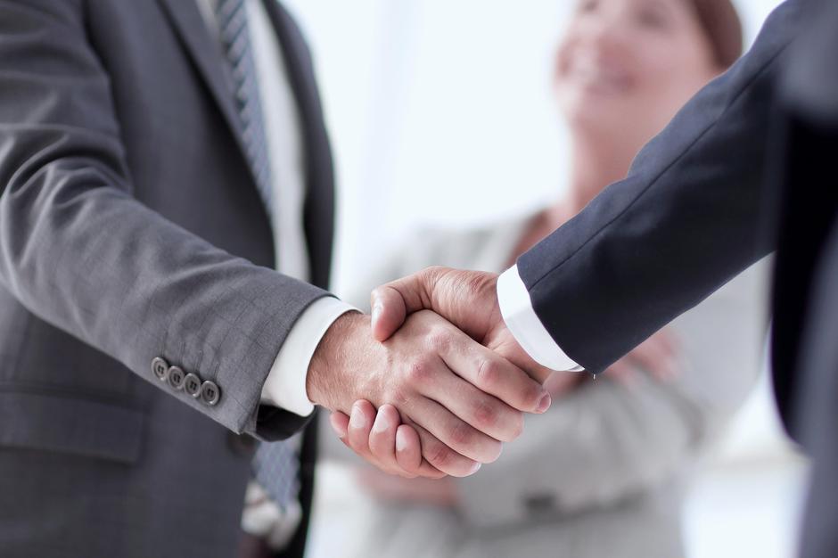Roke rokovanje | Avtor: Profimedia