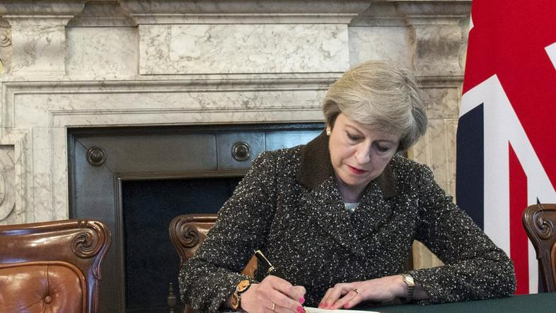 Theresa May podpisuje pismo o Brexitu