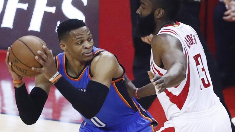 Russell Westbrook (levo) in James Harden.