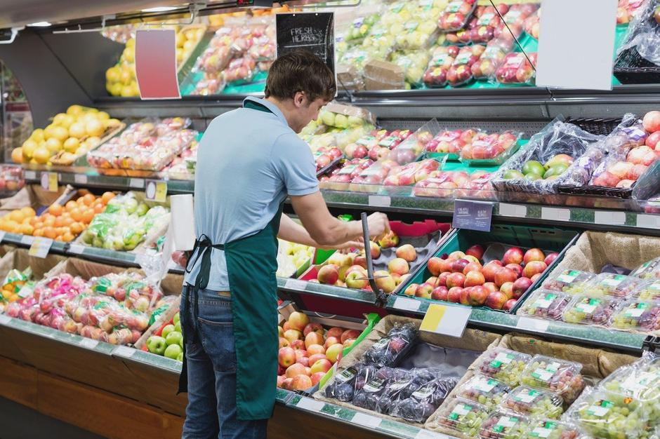trgovec sadje zelenjava   Avtor: Profimedia