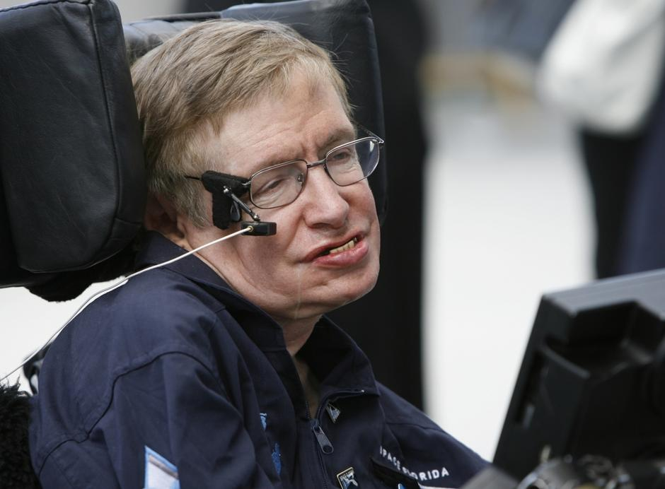 British cosmologist Stephen Hawking smiles as he answers questions about his up  | Avtor: © Charles W Luzier / Reuters