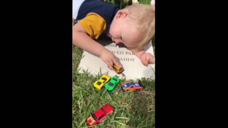 Deček pri grobu