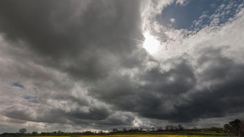 Oblačno vreme oblaki pretežno