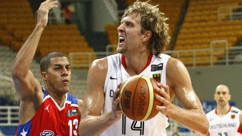 <sport>20.07.08...Germany's Dirk Nowitzki (R) tries to score against Puert