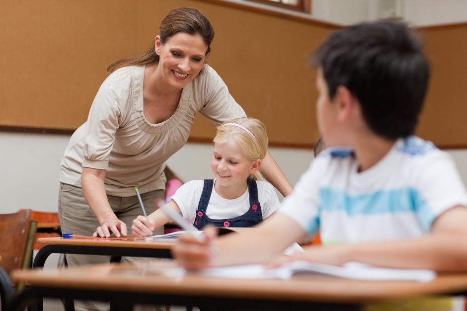 Učitelji razred šola darilo konec šole | Avtor: Profimedia