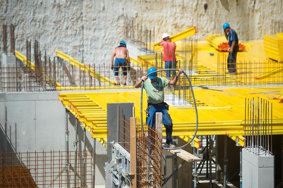 Gradbeni delavci med delom na žgočem soncu. | Avtor: Anže Petkovšek